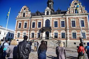 Till tonerna från armens flaggsignal, framförd av Mats Sigstedt, hissades de två flaggorna utanför rådhuset.