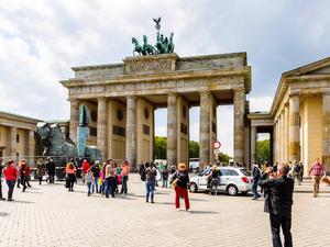 I Berlin finns många historiska landmärken, som vid Brandenburger Tor, där öst och väst möttes en gång.