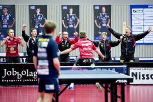 Viktor Brodd, Peter Blomquist, Mats Olsson, Anton Källberg och Hampus Nordberg firar att finalplatsen är i hamn efter Jon Perssons seger i den avgörande matchen.
