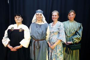 Fyra lärare gav liv år historien genom att klä sig i tidstypiska kläder. Från vänster syns Ann-Kristin Uppman (vikingatid), Anna-Lena Wirén (medeltid), Lisa Jähder (1700-talet) och Linda Ohlsson (1800-talet).