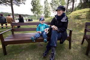 Björn Collberg och Maria Kungsman Kollberg njöt av en varsin korv med bröd.