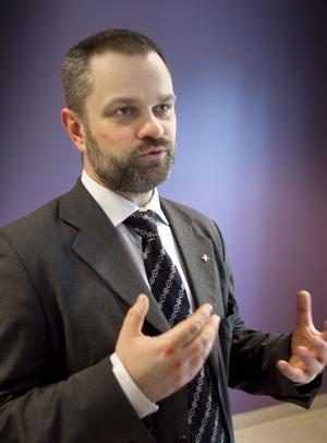 Roger O Nilsson, chef för division Medicin-psykiatri tror att vi snarar kommer få se färre än fler vårdplatser i framtiden.