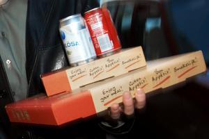 Borlängekvinnan och hennes vän hade beställt hem pizza. Kvinnans exman slog dock följe med pizzabudet och trängde sig in i bostaden när kvinnan öppnade dörren. OBS: Bilden är tagen i ett annat sammanhang.