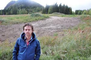 Ragunda Alpinas tränare Robert Falk framför det på grund av överklagandet avbrutna arbetet med att anlägga en uppgraderad funpark i Kullstabacken. Foto: Ingvar Ericsson