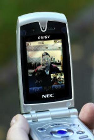 Med hjälp av mobiltelefoner med rörliga bilder underlättas livet för många döva. Nu kan man använda teckenspråk för att kommunicera med mottagaren.