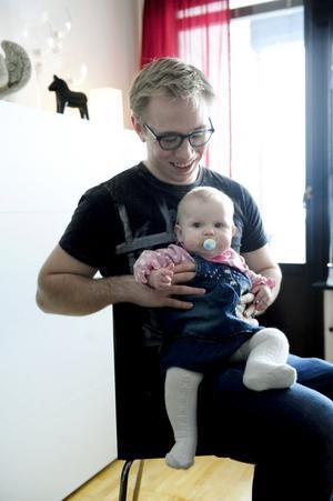 Signe med pappa Joonatan Mielonen.