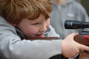 Alexander Johansson, åtta år, provade på att skjuta luftgevär.
