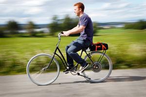I hastigheter på 60 kilometer i timmen drar han fram, Stefan Daubner från Hegled, på sin nyss egenhändigt byggda elcykel.