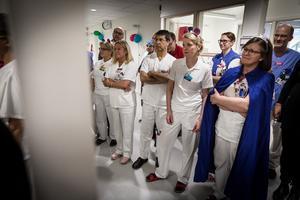 Cirka 150 personer deltog under onsdagens invigning. I bakgrunden syns några av de 15 undersökningsrum som finns på kliniken.
