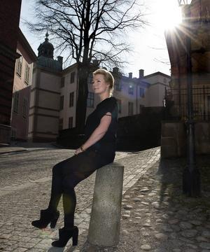 Som ung hette hon Helle Hansen men bytte sedan till sin mors gamla flicknamn.