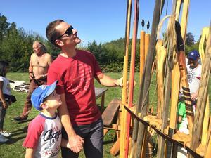 Magnus och Julius Dahlberg från Barkarö studerar repliker av forntida stickvapen.