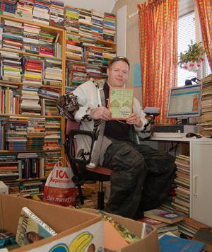 Magnus Olsson är bokhandlare i Åsen. På det före detta soldathemmet, numera Åsens Baptistkapell säljer han begagnade böcker via Internet.