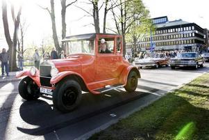 UDDA. En knallorange veteranbil drar uppmärksamheten till sig.