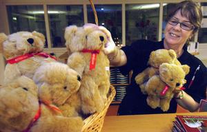 Bollnäspolisen fick också ett gäng björnar. Yvonne Hansson tog glatt emot dem.