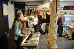 Renbiten nyinvigdes med samisk sång av Marja Helena Mortensson.