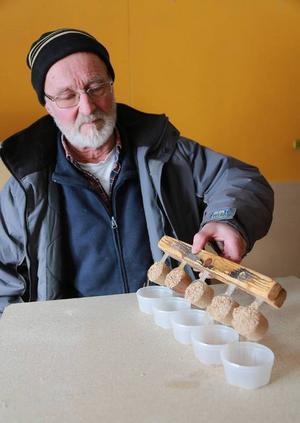 Det mesta sker manuellt i Grindes fabrik. Men en och annan uppfinning har underlättat hanteringen under åren.