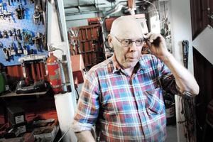 En bedragare fick Bernt att laga hans bil trots att han inte ville. Därefter lurade bedragaren av honom tusentals kronor.