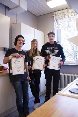 William Falk, Felicia Hoflin och Andreas Hansson i lag 1 var lyckliga vinnare i matlagningstävlingen.