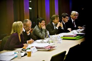 Juryn diskuterar de olika kandidaternas ansökningar.