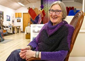 Textilkonstnären Gunilla Ellis ställer ut framlidne makens oljemålningar i Sveg.