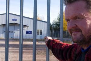 """Frågande. Thomas Lindberg hyr en lokal bredvid Delights of Sweden och han har funderat över varför fabriken stått övergiven. """"Det har inte stått någon här på flera månader"""" säger han."""