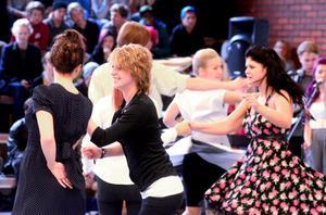 När dansuppvisningen var över fylldes golvet av andra dansande par eftersom bandet fortsatte att spela.
