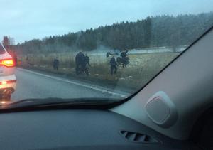 Vittnesbilder från kidnappningen och biljakt på E18 utanför Köping. Ing-Marie tog denna bild från passagerarsätet