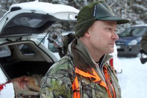 Jaktledaren Olle Andersson  har beslutat att man ska invänta bättre spårförhållanden innan man fortsätter vargjakten i Nås.