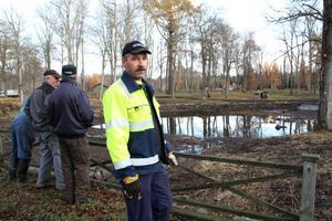 Tätt nu? Ola Johansson har nyss tätat stenmurarna runt den torrlagda dammen. Nu ska det hålla tätt.