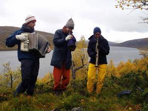 """Så här kan det se ut på en fjällturné. Anton Bergendal, Ivan Hedén och Sofia Andersson bjuder på jazz på fjället då """"Jazz, folk och fjäll"""" kommer till"""