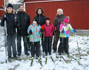 Snö blandat med gräs var inget problem när barnen på Tallåsens fritidshem provåkte sina skidor.