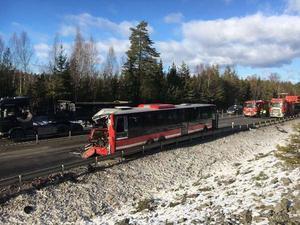Ett farligt scenario är att bussen kolliderar med ett annat tungt fordon i en upphinnande- eller mötesolycka, säger Magnus Lindholm, trafiksäkerhetsanalytiker på Trafikverket. Bilden är från en olycka på E18 den 23 februari, när en lastbil kolliderade med en SL-buss.