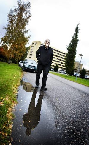Baracker. Här vid Coromant på Mossvägen stod fyra baracker på 60-talet. Nu är de helt borta och ingenstans har historien om barackerna dokumenterats. Författaren och dramatikern Bernt-Olov Andersson har skrivit en pjäs som utspelar sig i en av barackerna. Nästa år sätts den upp i Sandviken.