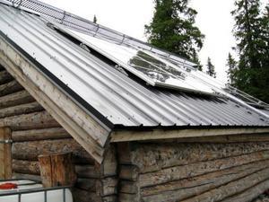I elhuset laddas batterier upp av solceller. Gården är strömlös men batterierna används bland annat när det behövs lyse och ibland till tv.