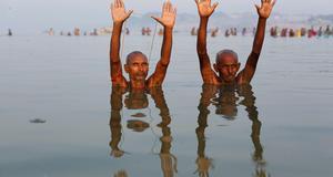 Hinduer tar ett bad i Ganges, första dagen av Navratri, i Allahabad, Indien.