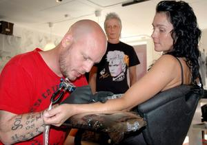"""Alex """"Tattoolex"""" Carlsson, Kopparberg, tatuerade in de unika """"ringarna"""" på paret."""