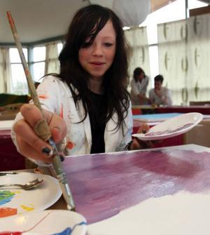 """Marie Nordman, 13, gillar att måla. """"Men det känns lite pirrigt att målningarna ska ställas ut"""", säger hon."""
