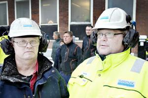 Kent Hermansson och kollegan väntar på att få komma in.