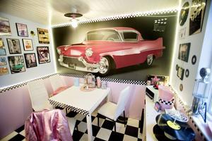 Det råder inga tvivel om favoritfärgen; rosa. Vinylskivor har fått nytt liv som såväl taklampa som kakfat.