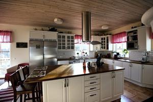 Nilstuna Gård. Jättekök med panel i taket och röda detaljer som ger en lantlig känsla.