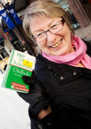 """Kents fru hade fyndat ett svensk-italienskt lexikon. Hon går en kurs i italienska och presenterade sig så här: """"Me chiamo Ulla Andersson!""""."""