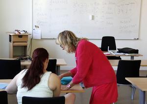 Ulla Kaisanlahti Olsson hjälper till med matematiken.