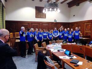Politikerna i kommunstyrelsen i Östersund fotograferades med kampanjtröjor för skidskytte-VM 2019.