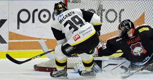 Matchvinnare Evan McGrath fri med Malmömålvakten Markus Svensson.