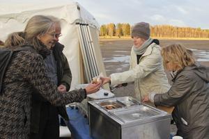 Nya stadsarkitekten Ylva Larsson får en korv av Matilda Österberg.
