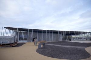 Det nya centret är tänkt att vara så olikt stenarna som möjligt, berättar en av husets arkitekter för CNN.