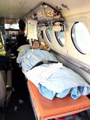Emilie var mest orolig för Jonas och hans flygrädsla i ambulansflyget till Göteborg.