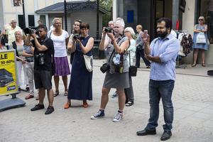 Många hade kommit till Storgatan i Sollefteå för att vara med när stipendiet delades ut. Bland publiken fanns några tidigare stipendiater, bland annat operasångaren Anna Sandström.