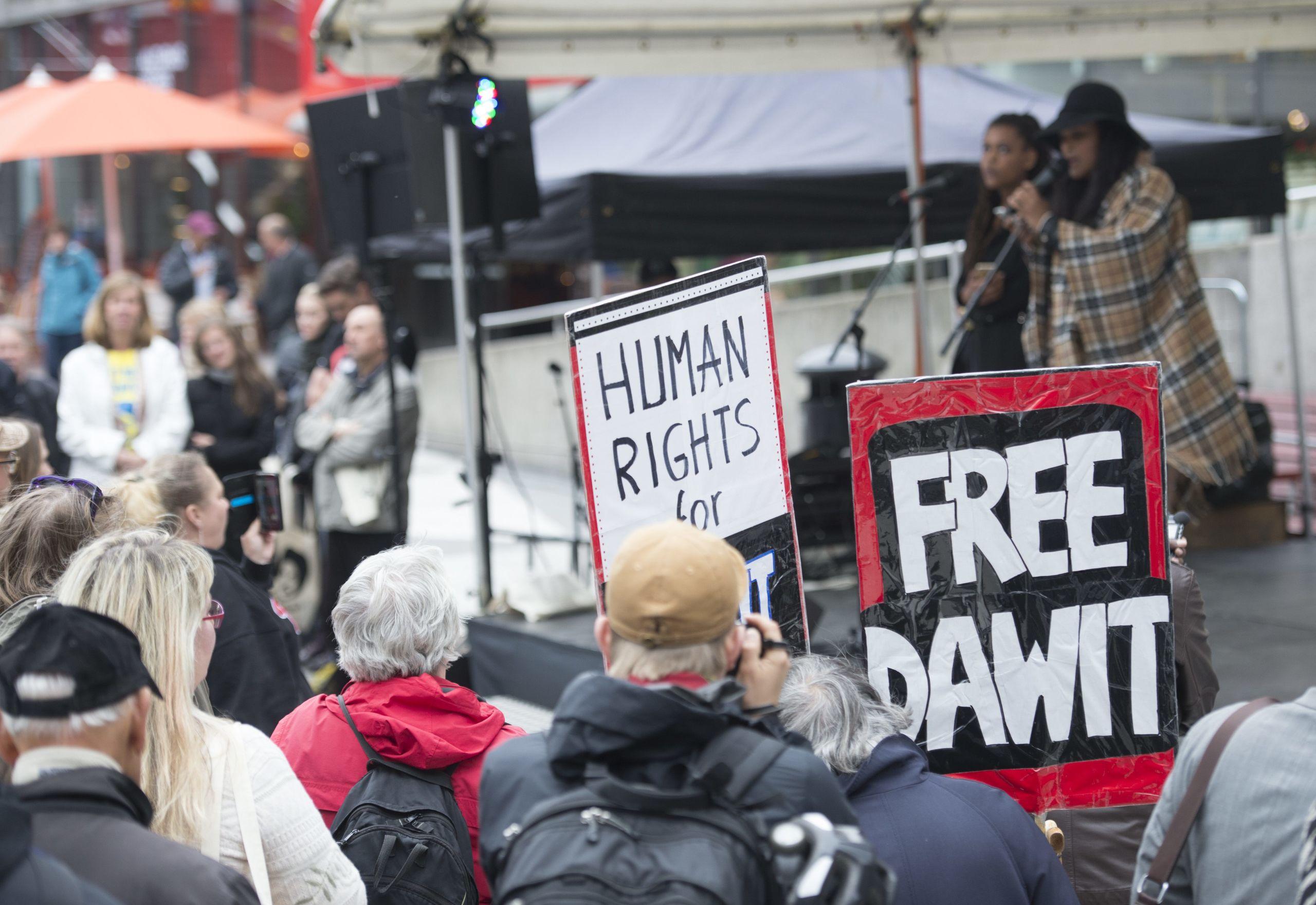 Bildt moter fangslade journalisternas anhoriga