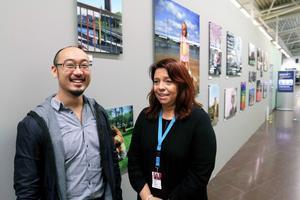 Frank Lee är och Susanne Norrman ramför fotoutställningen på flygplatsen.